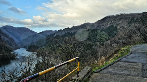 ダム湖をみながら坂道を登り始める