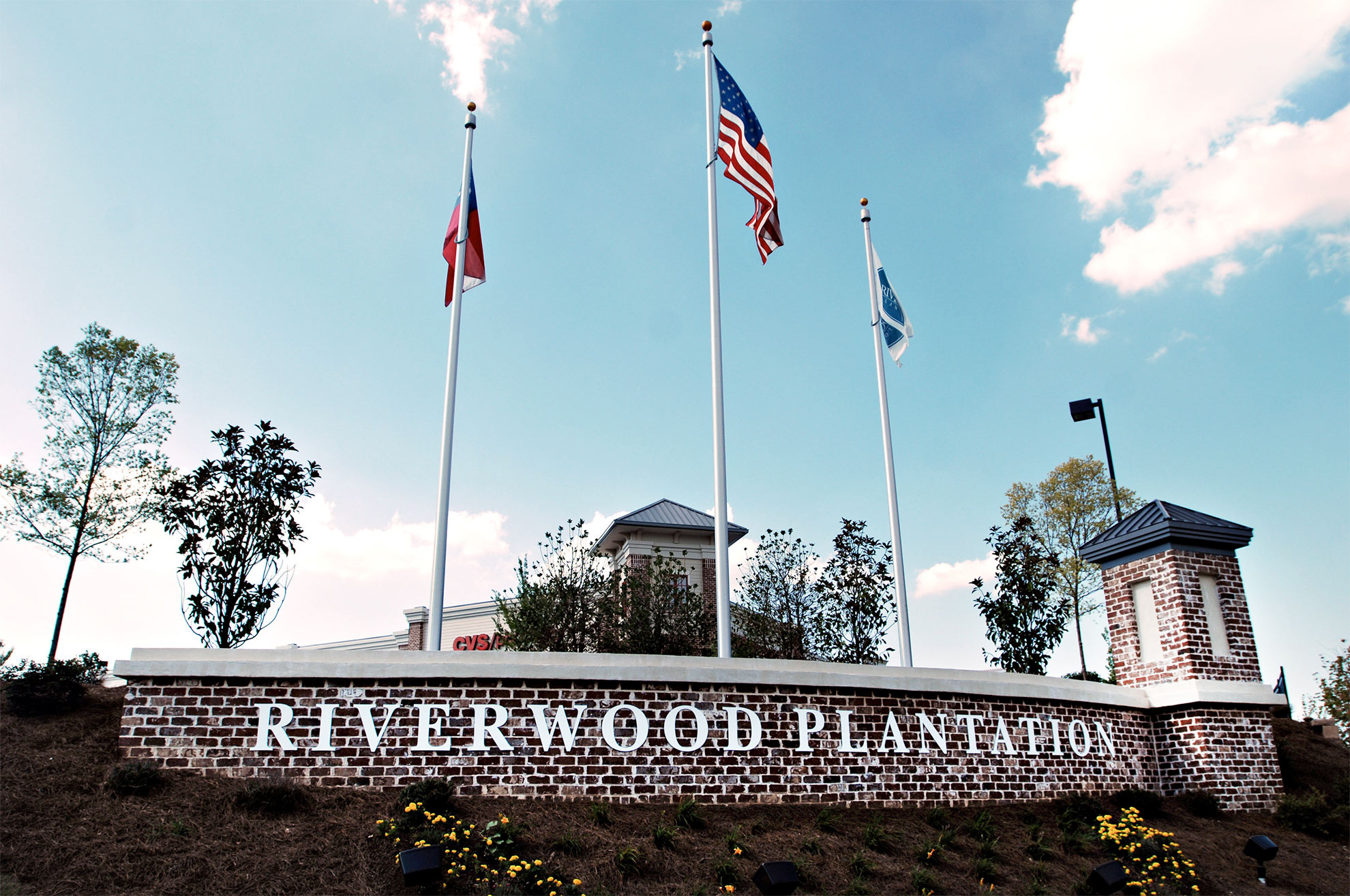 riverwood-plantation-entrance-with-flags