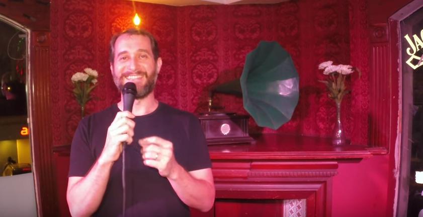 Carlos Sánchez probó el #NotiCarlos en el Camden Comedy Club