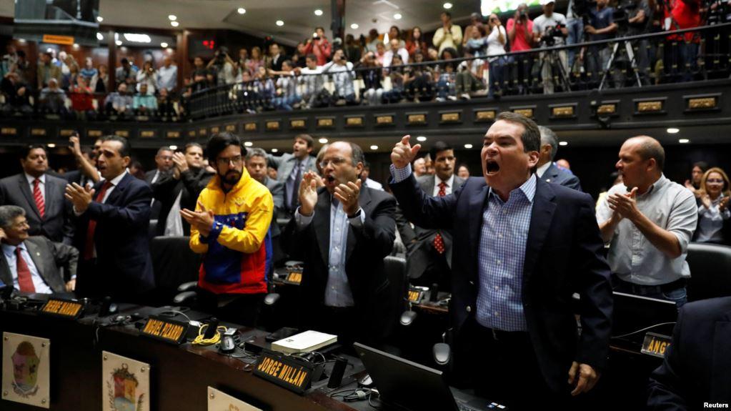 Reacción de los legisladores tras ser despojados de sus poderes.
