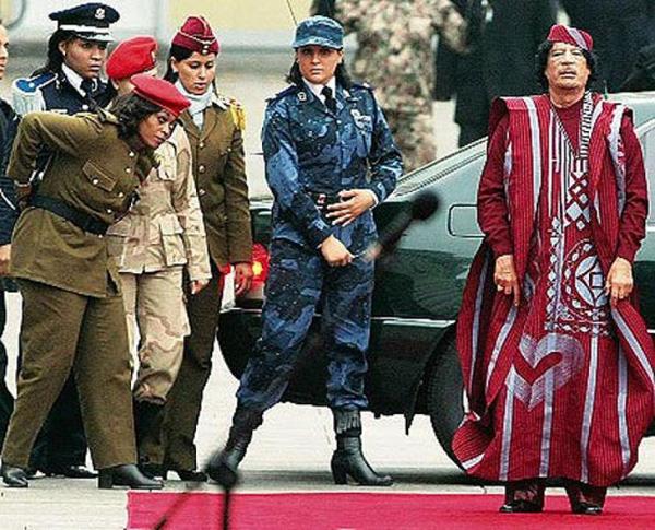 Foto de Gadafi con mujeres militares.
