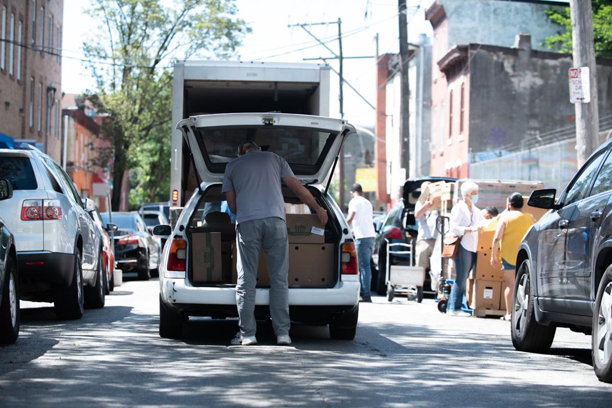 Este programa de voluntarios de Norris Square ha entregado casi 100,000 bolsas de comestibles. 1