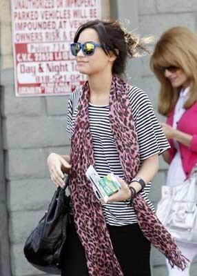 Demi Lovato rocks a pink leopard scarf!