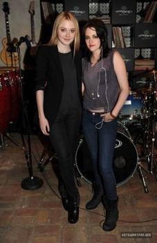 Kristen Stewart with Dakota Fanning