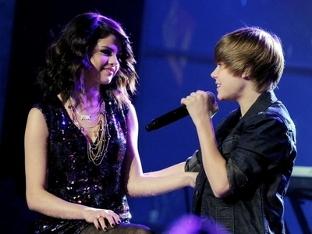 Justin serenading Selena