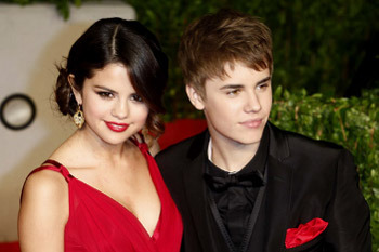 Crimson Cuties: Justin and Selena at the Vanity Fair Party
