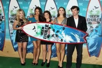 Shay Mitchell with her Pretty Little Liars co-stars at 2010 Teen Choice Awards