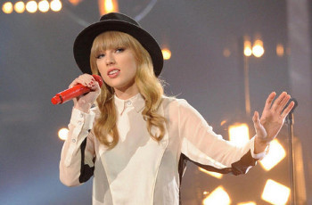 """Taylor Swift performed """"State of Grace"""""""