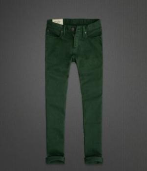 Dark colored skinny jeans help make shorter legs appear longer