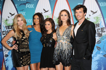 Ian with the cast of PLL at the Teen Choice Awards