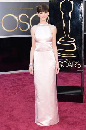 Anne Hathaway is pretty in pink wearing Prada