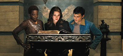 Amma (Viola Davis), Lena (Alice Englert) and Alden and the Book of Moons