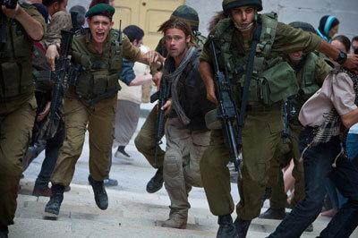 Gerry (Brad Pitt) and Israeli soldier Seren escape Jerusalem