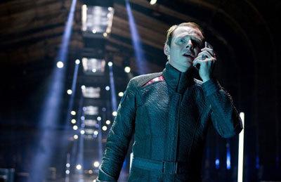 Scotty (Simon Pegg) tries to help