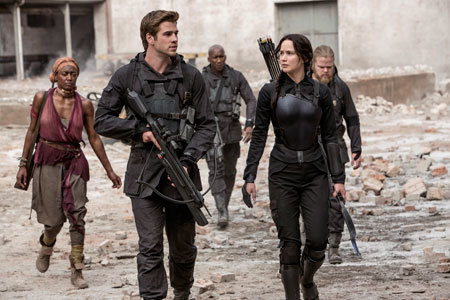 Gale (Liam Hemsworth) and Katniss go into battle