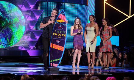 Mendes accepts the Choice Music Web Star Music Award
