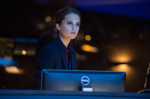 Heather Lee (Alicia Vikander) cyber-spies on Bourne