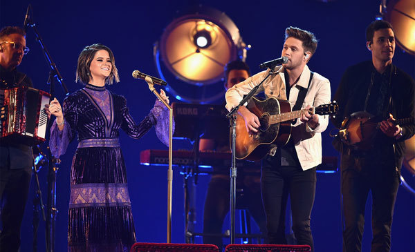 Maren Morris and Niall Horan performing Seeing Blind at the 2017 CMAs