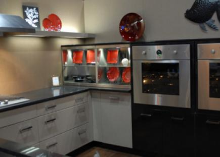 A kitchen with a separate cooktop and two singe wall ovens placed at same convenient height.