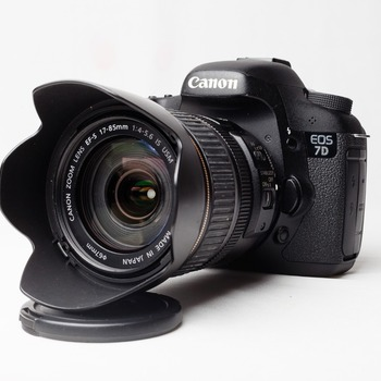 Rent Canon 7D Deluxe Kit (Body+Accessories+Lens+Monitor+Microphone)