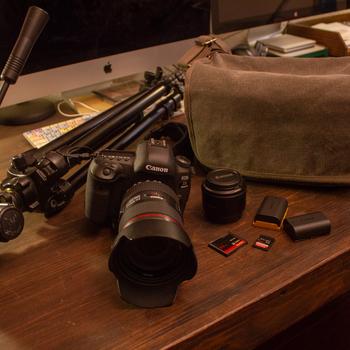 Rent Canon EOS 5D Mark IV + 2 Lenses, tripod + FLASH kit