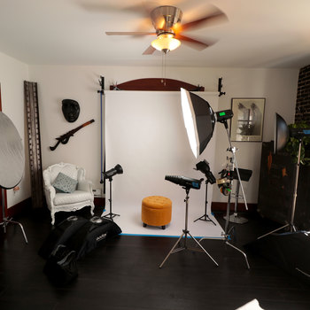 Rent 200 sq ft Photography Studio + equipment  $35 an hour