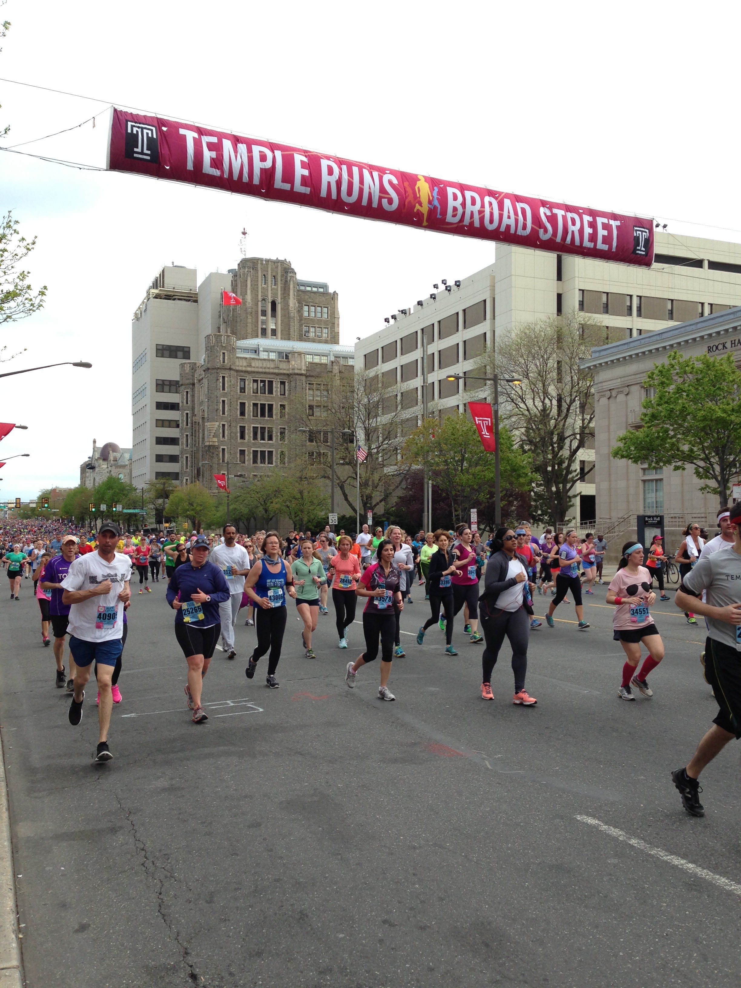 Runners make their way through Temple's campus