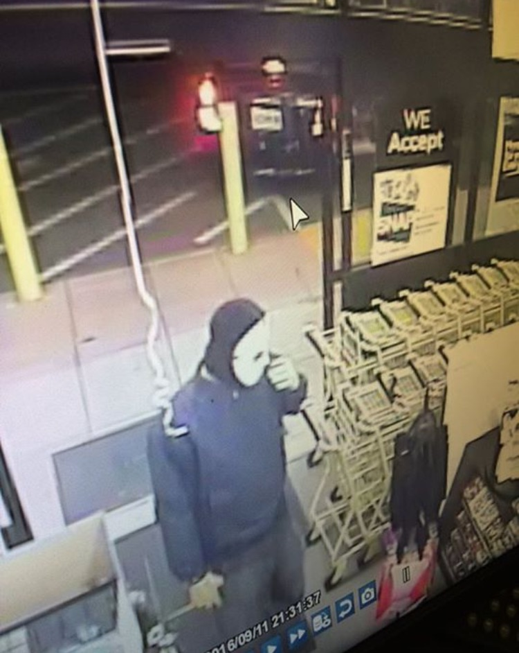 Wood Heights Police searching for suspects in Dollar General robbery