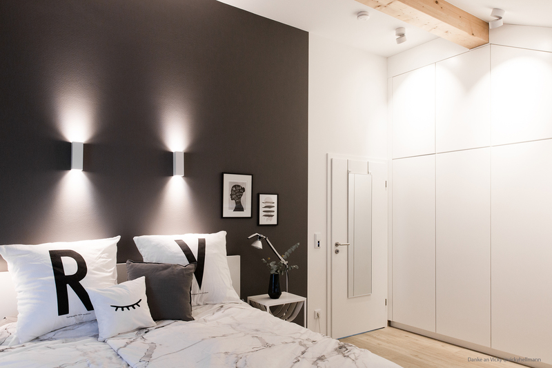 Wandfarbe Dunkelgrau im Schlafzimmer.