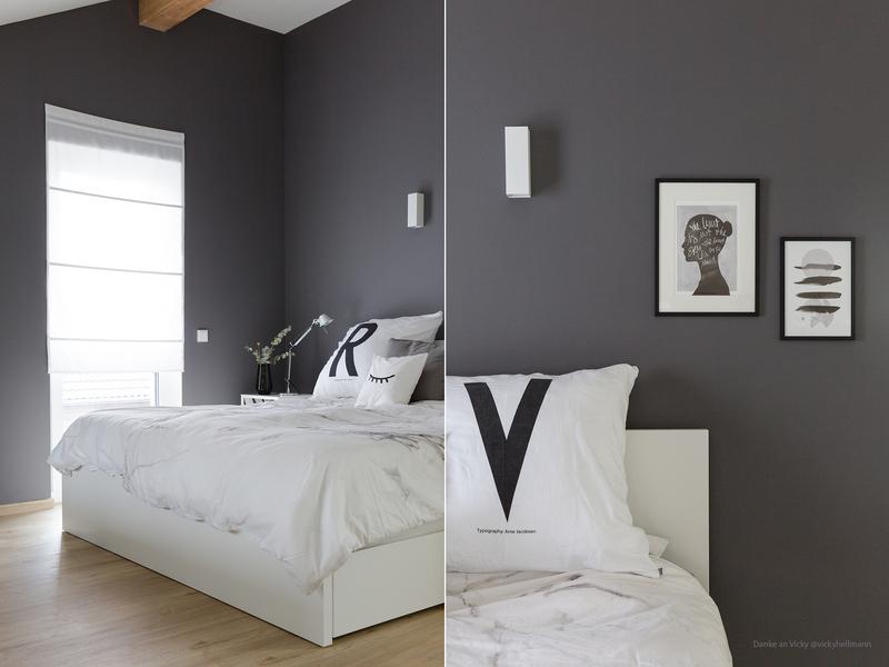 Dunkelgraue Wand im Schlafzimmer.