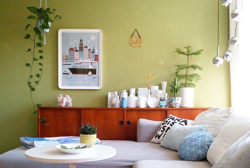 Wandfarbe Olivgruen im Wohnzimmer.