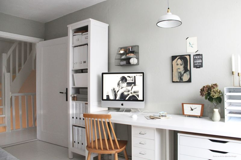Arbeitszimmer mit Wand in Graugrün.