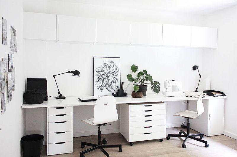 Arbeitszimmer mit Wänden ganz in Weiß.