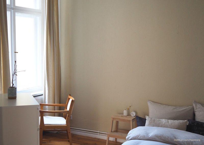 Wandfarbe Beige im Schlafzimmer.