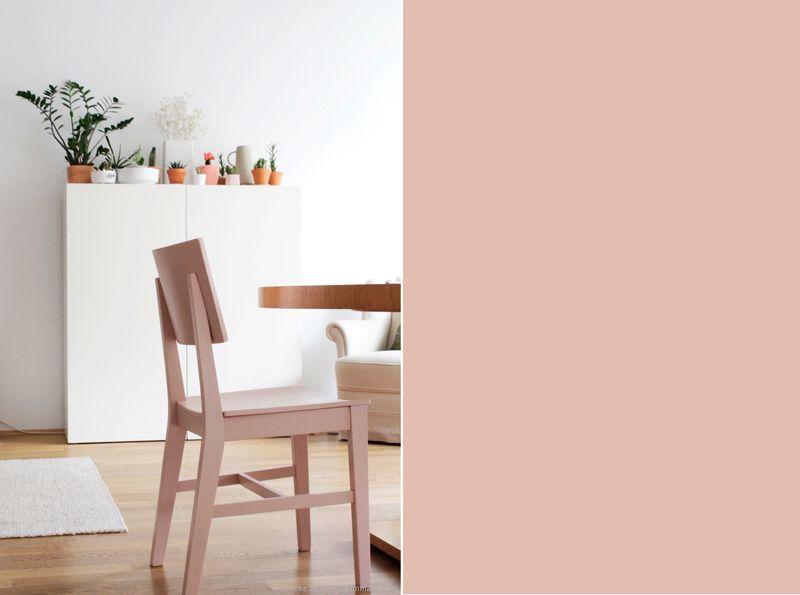 Stuhl lackiert in Pastellrosa.
