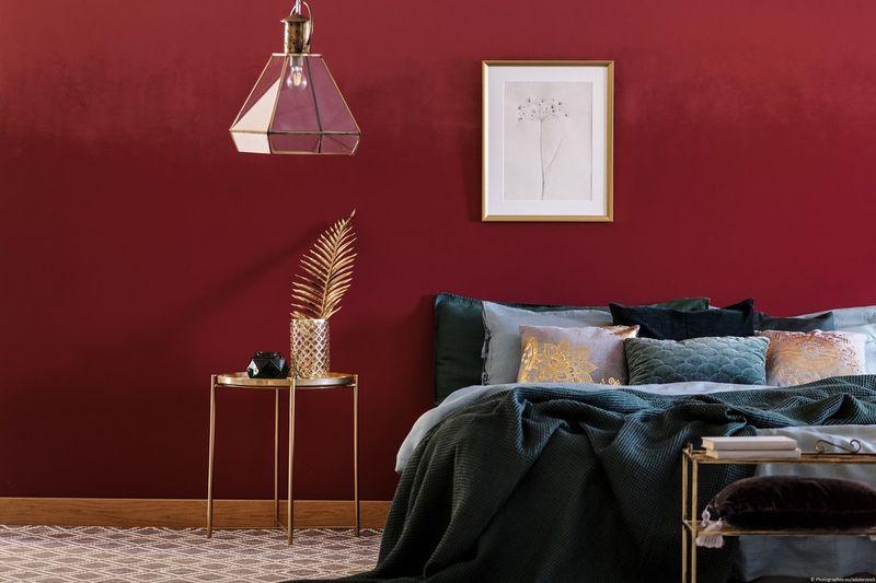 Rote Wandfarbe In Dunkelrot Im Schlafzimmer.