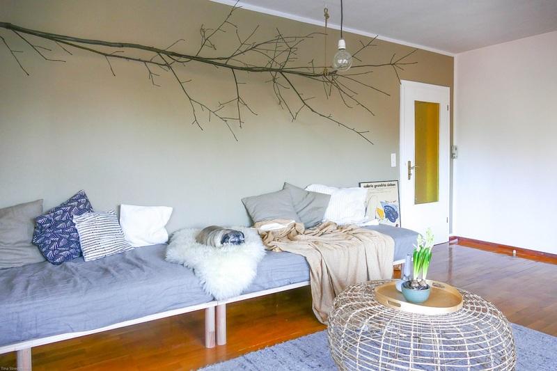 Eine Wand in Beige im Wohnzimmer.