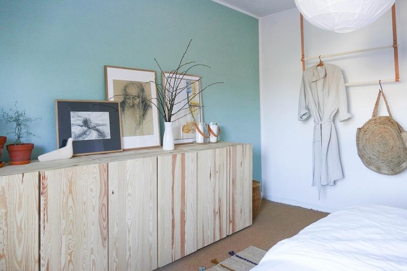 Mintgrün als Wandfarbe im Schlafzimmer.