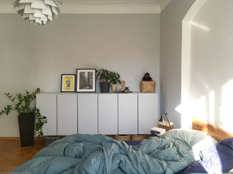 Wandfarbe Hellgrau im Schlafzimmer.