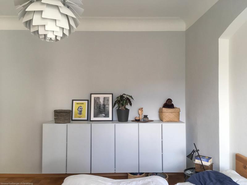 Feine Farben in Hellgrau im Schlafzimmer.