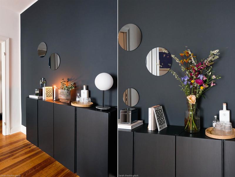 Dunkelblau als Wandfarbe im Wohnzimmer.