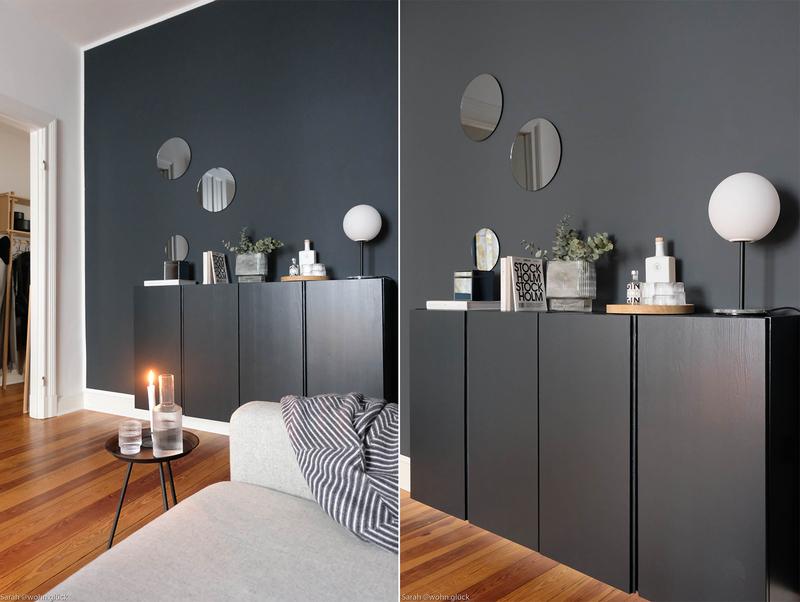 Dunkelblaue Wände im Wohnzimmer.