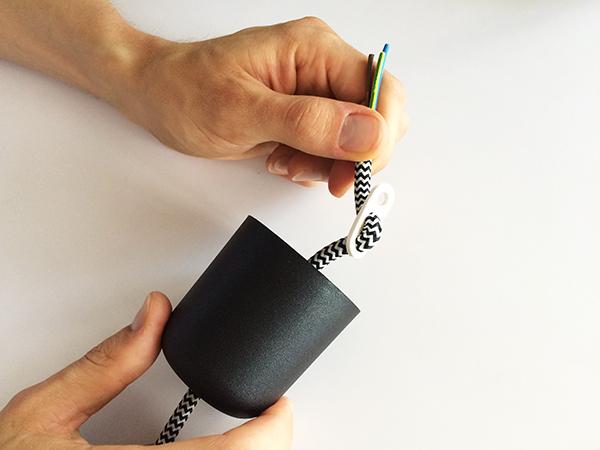 Kabel durch die Drei-Loch-Scheibe fädeln.
