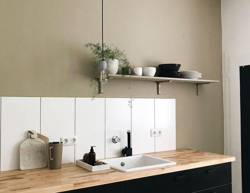 Warmes Beige als Wandfarbe in der Küche.