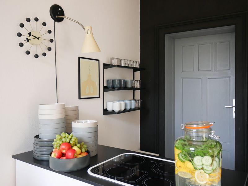 Tiefschwarz als Wandfarbe in der Küche.