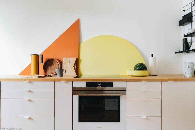 Verschiedene Holzelemente als Spritzschutz für die Küchenrückwand.