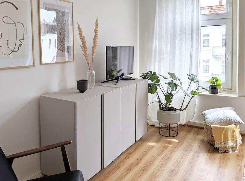 Wandfarbe Grau-Braun an den Wänden im Schlafzimmer.
