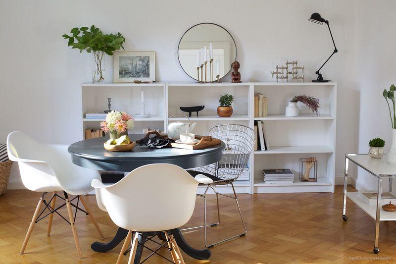 Lackierter Tisch in Grau für das Wohnzimmer.