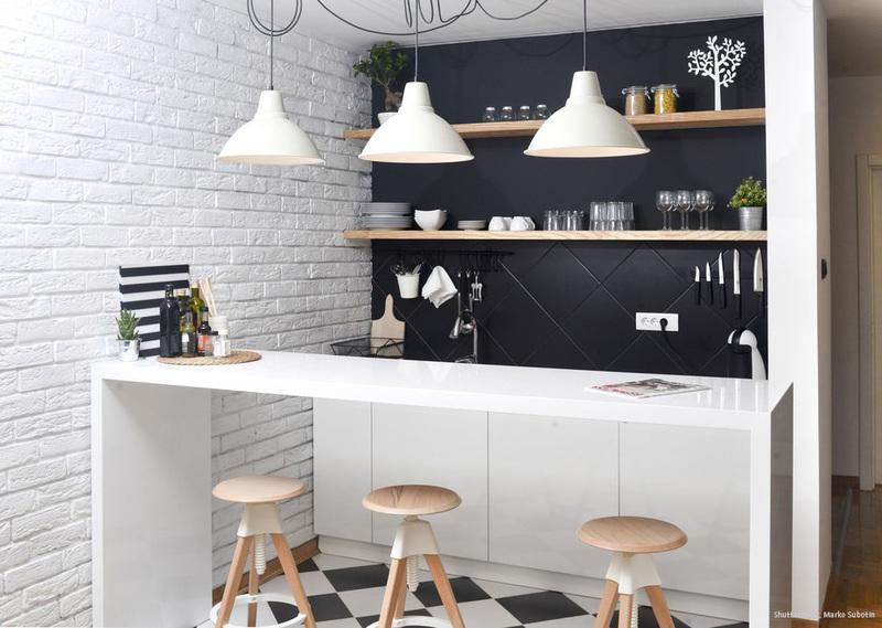 Dunkle Wandfarbe in einer kleinen Küche - Kolorat
