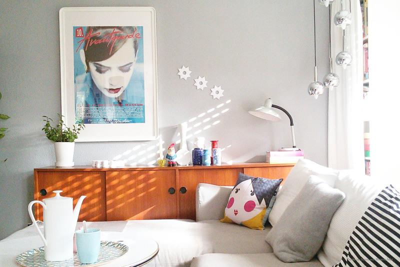 Graue Wand im Wohnzimmer bei Sanne.